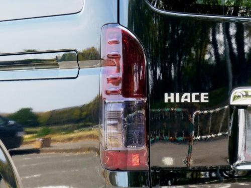 200 ハイエース ワイド | テールガーニッシュ / テールライトカバー【ワールド】ハイエース 200系 ワイドボディ 4型専用 スモークテールカバー 左右セット カラー:ライトスモーク