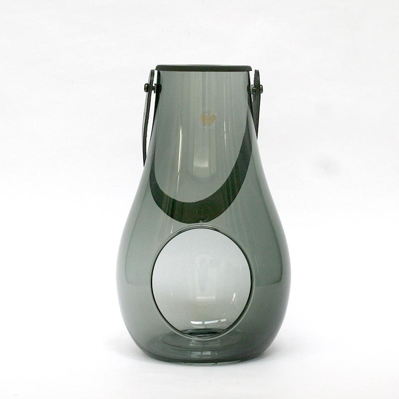 DESIGN WITH LIGHT LANTERN SMOKE / H25cm / HOLMEGAARDD ホルムガード / 皮革ストラップつきランタン スモーク / デザイン ウィズ ライト / ガラス オブジェ キャンドルホルダー ボトル 器 置物 北欧 デンマーク