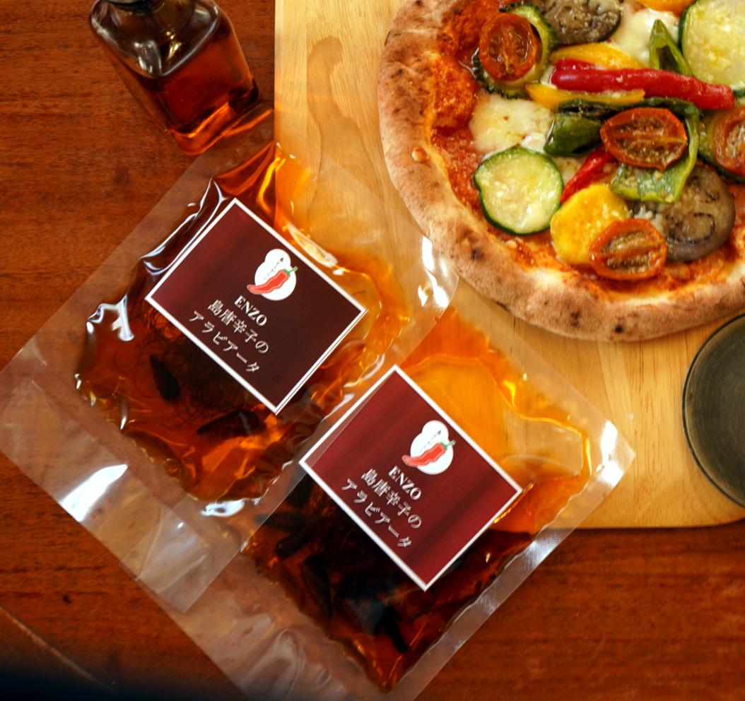 レストランでも人気の島唐辛子のアラビアータです。お料理の味を壊さず辛味をプラスできます。島唐辛子の香と辛味が美味しさを際立たせます。 【自家製 島唐辛子のアラビアータ】1袋/100cc ×2袋セット pizzeria da ENZOで人気の手作り島唐辛子のアラビアータ!島唐辛子 辛い ニンニク