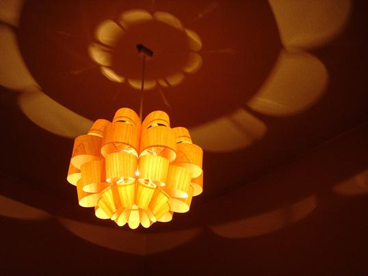 P.P. WOOD SHADE DON2-W どん2-ウッド 照明作家 谷俊幸 デザイナーズ照明 ペンダントライト 送料無料インテリアポリプロピレンリビングダイニング桜突き板花の形や色々な表情の光と影を作り出します。