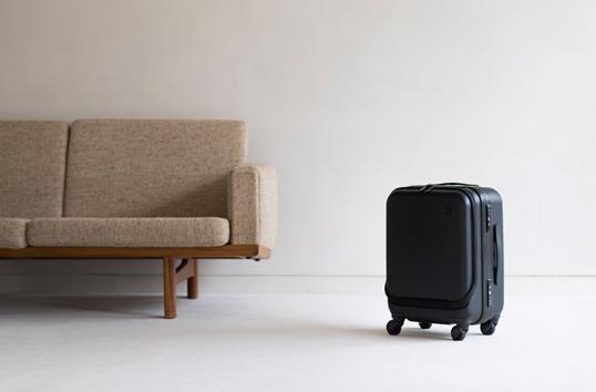 ±0スーツケース 34L B010 ブラックPCの入るポケット付き2~4泊の出張に持って行きたい34LTSAロック対応高品質で美しいボディ特許構造タイヤで滑らかな走行使うほどに愛着のわく旅の相棒