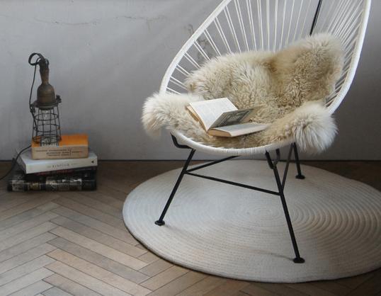 NATURES COLLECTIONシープスキン ライトベージュ羊の毛皮ラグジュアリー感インテリア一人掛けの椅子にちょうどいいサイズ送料無料お取り寄せ商品北欧インテリアにかかせないアクセント