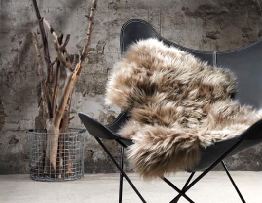 NATURES COLLECTIONシープスキン ライトブラウン羊の毛皮ラグジュアリー感インテリア一人掛けの椅子にちょうどいいサイズ送料無料お取り寄せ商品北欧インテリアにかかせないアクセント