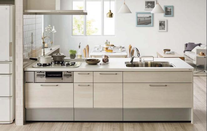 白を基調としたペニンシュラ型のオープンキッチン