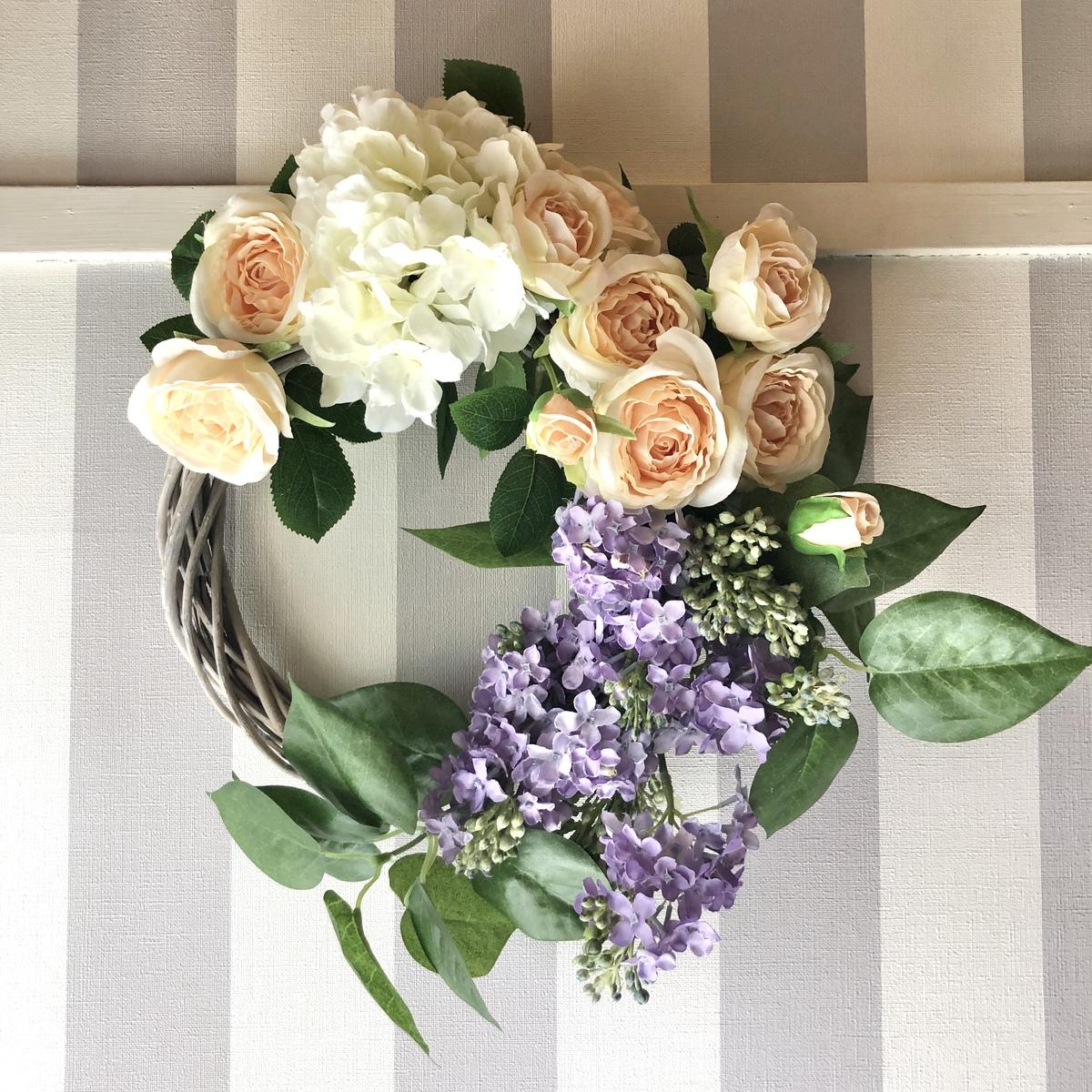 厳選した高品質のアーティフィシャルフラワーです リースは永遠を意味します ご結婚お祝いなどの贈り物にもオススメです 一点物の 海外 アーティフィシャルフラワー ライラックと薔薇のリース アレンジメントフラワー インテリア 造花 お花 リース ライラック 引っ越し祝い ギフト 内祝い 誕生日祝い 長さ38cm プレゼント 定番キャンバス 贈答 出産祝い 贈り物 薔薇 人気 開店祝い