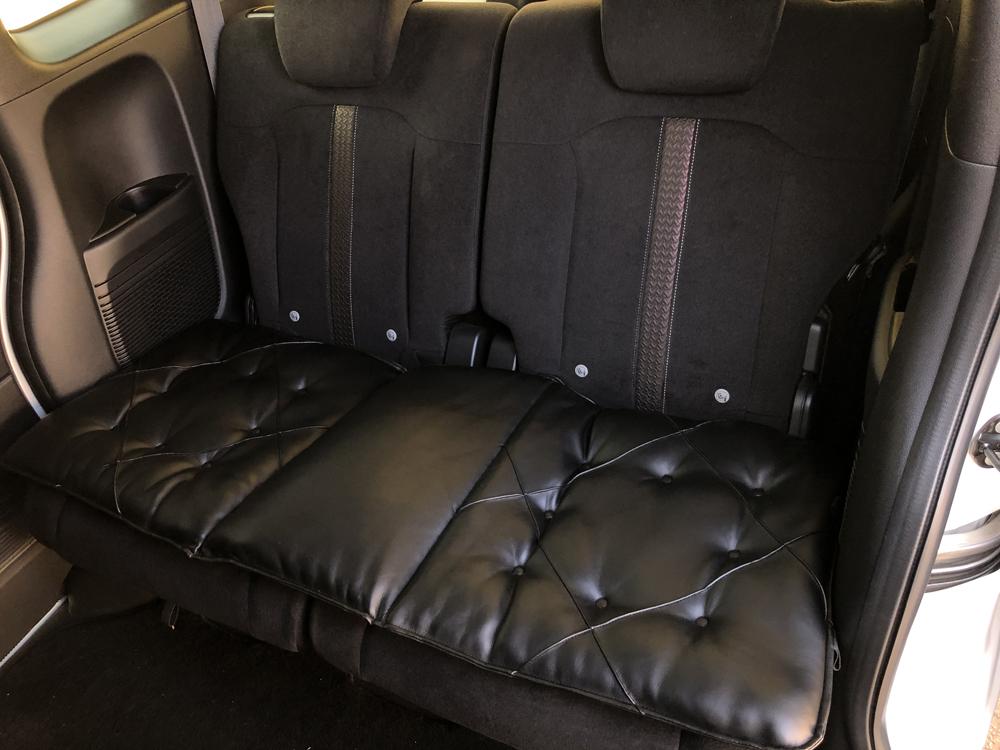 送料無料 クッション 軽自動車 普通車 車用クッション リア レザー調 定価の67%OFF ギャザー 高級感 座席 ソファ 実物 フリーサイズ タント NBOX カーアクセサリー 黒 nbox 車 ブラック 車用品 カー小物 車小物 PDC115