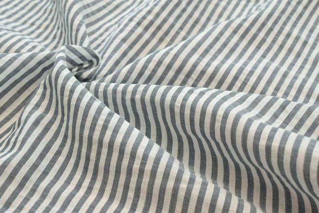 ●對有清涼的感的條紋的上一個染色布料在有棉布的前方染色巴裏紗地爽快的條紋《深藍》■透明感的棉布巴裏紗地成為。