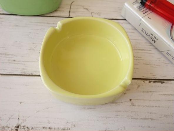 お部屋のインテリアとしても最適な灰皿 ポイント5倍 灰皿 おしゃれ 卓上 陶器 通販 わけあり カラーバリエーション 9cm 四角 かっこいい おすすめ 店舗 アシュトレイ 新発売 セール価格 飲食店 小さい 人気 たばこ 日本製 イエロー