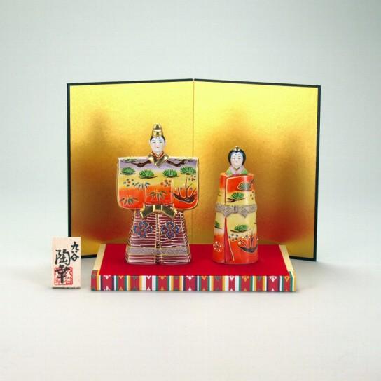 九谷焼 立雛人形 5号 紅黄盛 台・敷物・屏風・木札付 5×9×15cm 化粧箱