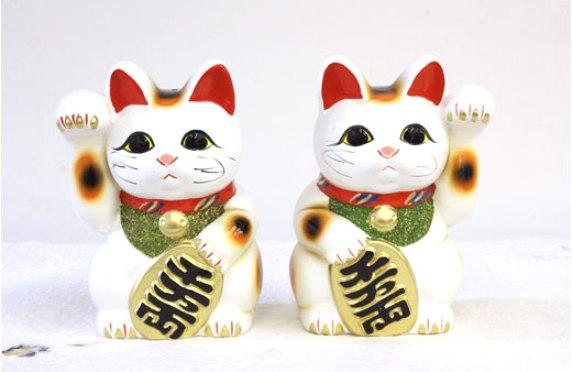 常滑焼 招き猫 梅月 白小判猫(右手左手ペアセット)7号高さ:23cm (金運 開運 千客万来 商売繁盛 福徳招来)