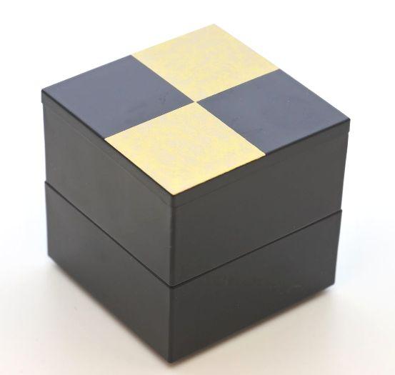 2020新作 山中漆器 ミニミニ二段重 ギフ_包装 市松ゴールド2段中子重 黒 一段にすると 6.5寸のお重箱に蓋付ですっぽり収まります 単独で小重として