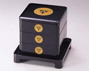 越前漆器 家紋入 台付6.5寸三段重箱 黒内朱