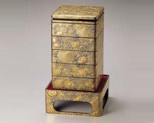 木製越前塗 沈金菊総彫り 8.5寸 台付き五段重箱 黒内朱