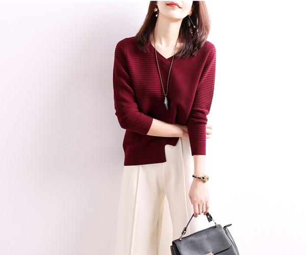 ルーズセーターの女性の秋と冬のヘッジVネックウールのセーターは、薄いオープンフォークボトミングシャツだった