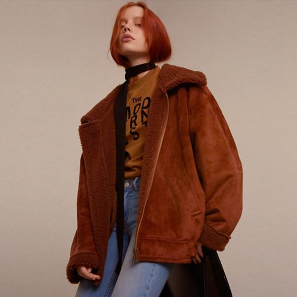 2017冬のゆるい茶色の模造のラム毛皮の毛皮のスエードのジャケット女性のオートバイのジャケット短いセクションの肥厚