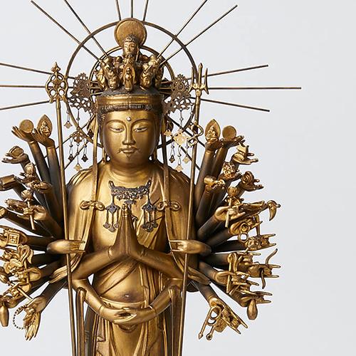 観音菩薩の無限の慈悲を表す姿が千手観音像です。42本の手に様ざまな法具を持ち、頭上の10の顔で周囲を見渡し、ありとあらゆる苦難を取り除きます。 イスム 千手観音 慶派 仏像
