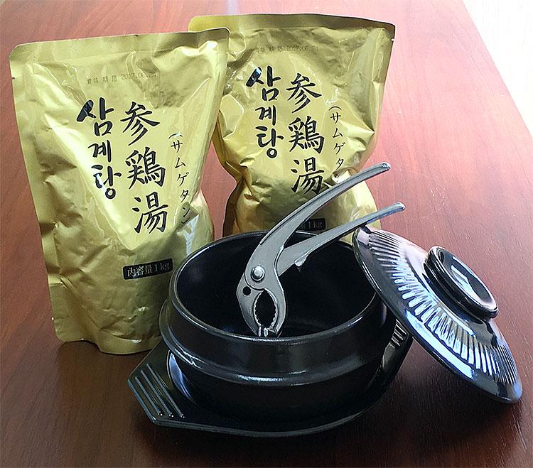 滋養強壮にオススメの韓国宮廷料理・参鶏湯!コラーゲンぷるぷるスープ!プロが選ぶ業務用の本格派!温めるだけで食べられます! 韓国宮廷料理サムゲタンと専用土鍋セット(プロが選んだ参鶏湯1kg×2袋、専用土鍋、土鍋のフタ、専用トレイ、鍋つかみ×1個)(ギフト・中元 歳暮) 常温便・クール冷蔵便可 送料無料