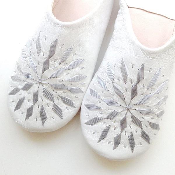 メール便可 抜群の履き心地 モロッコ スリッパ バブーシュ 刺繍 ホワイト シルバー 室内履き ルームシューズ 送料無料新品 おしゃれ モロッコ雑貨 母の日 女性 ギフト プレゼント 手作り かわいい 靴 可愛い 35%OFF