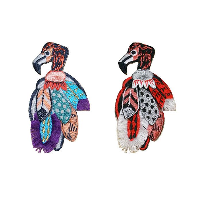 安値 立体に組み上げられた豪華な羽が風になびく カラフルなフラミンゴです 刺繍ブローチ フラミンゴMade in japan刺繍 日本正規品 軽い 鳥 ブローチ カラフル 立体 全面刺繍
