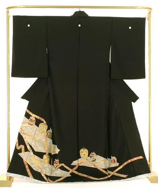正絹金彩黒留袖 棗(なつめ) 結婚式 卒業式 フォーマル 和装 着物 金糸や色糸で刺繍されています