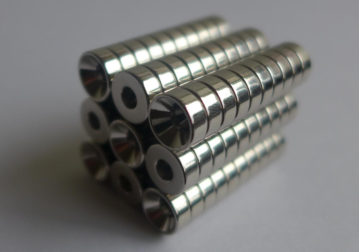 ネオジム磁石 皿穴φ12mm×6mm(N35) 90個セット超強力 マグネット 強力磁石皿ネジで固定できるのでいろいろ使えます。木工・プラモデル・日曜大工・工作・DIY・釣り・車・バイク・紙留め・実験
