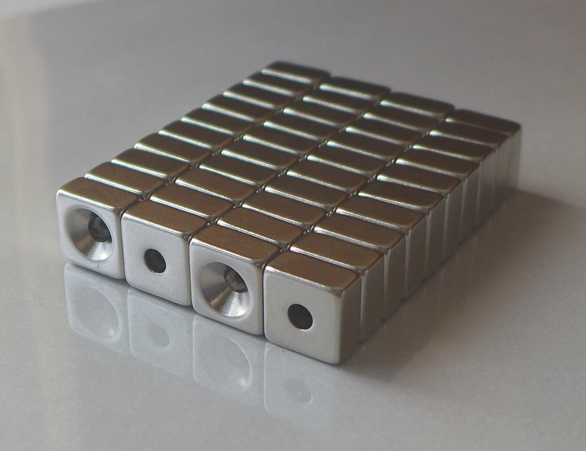 ネオジム磁石 角型皿穴付き15mm×15mm×3mm(N35) 40個セット超強力 マグネット 強力磁石皿ネジで固定できるのでいろいろ使えます。木工・プラモデル・日曜大工・工作・DIY・釣り・車・バイク・紙留め・実験