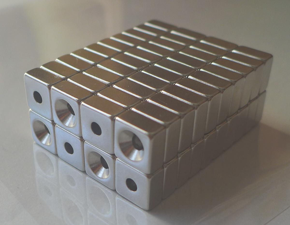 ネオジム磁石 角型皿穴付き15mm×15mm×3mm(N35) 80個セット超強力 マグネット 強力磁石皿ネジで固定できるのでいろいろ使えます。木工・プラモデル・日曜大工・工作・DIY・釣り・車・バイク・紙留め・実験