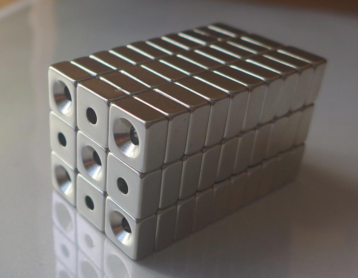 ネオジム磁石 角型皿穴付き15mm×15mm×3mm(N35) 90個セット超強力 マグネット 強力磁石皿ネジで固定できるのでいろいろ使えます。木工・プラモデル・日曜大工・工作・DIY・釣り・車・バイク・紙留め・実験