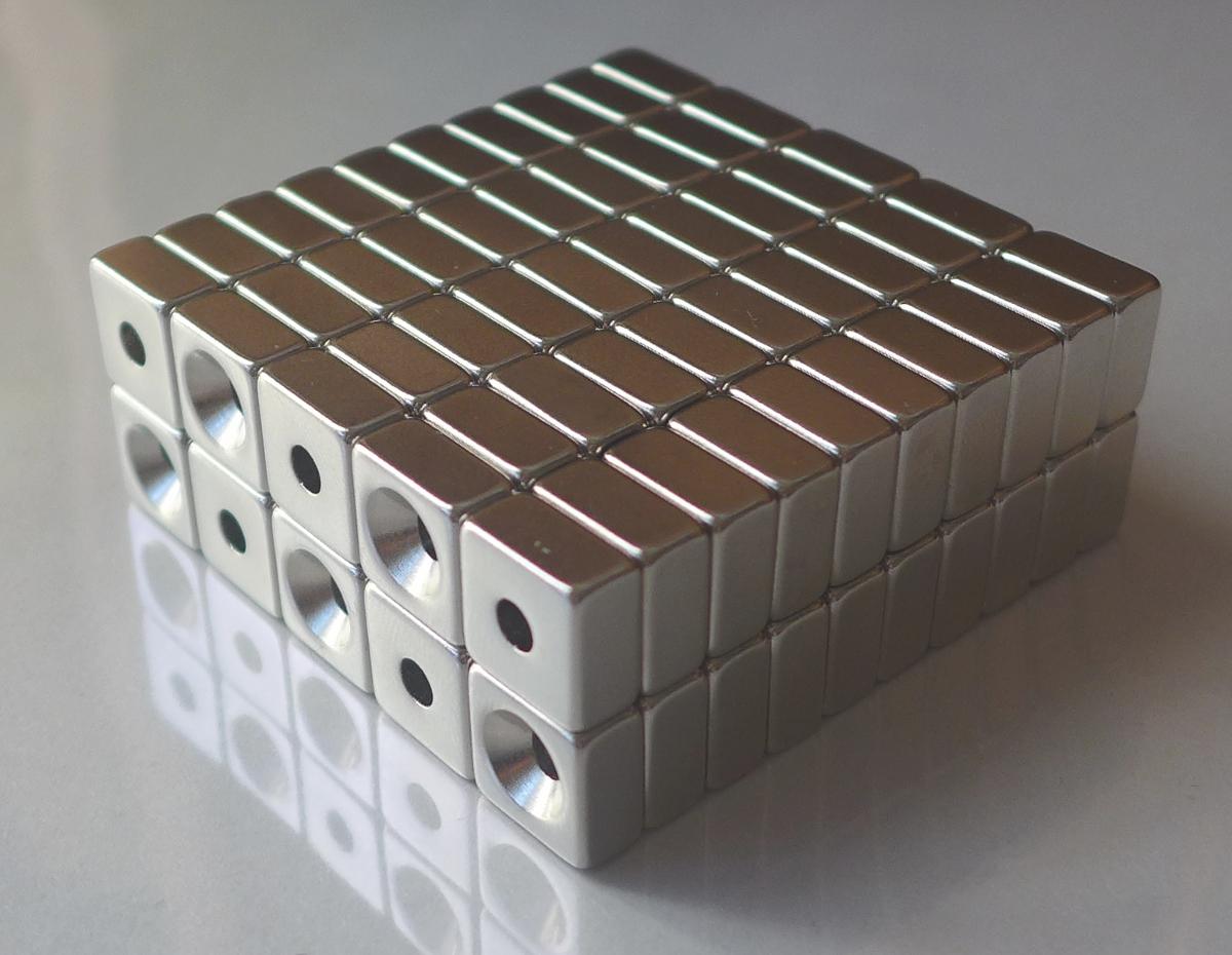 ネオジム磁石 角型皿穴付き15mm×15mm×3mm(N35) 100個セット超強力 マグネット 強力磁石皿ネジで固定できるのでいろいろ使えます。木工・プラモデル・日曜大工・工作・DIY・釣り・車・バイク・紙留め・実験