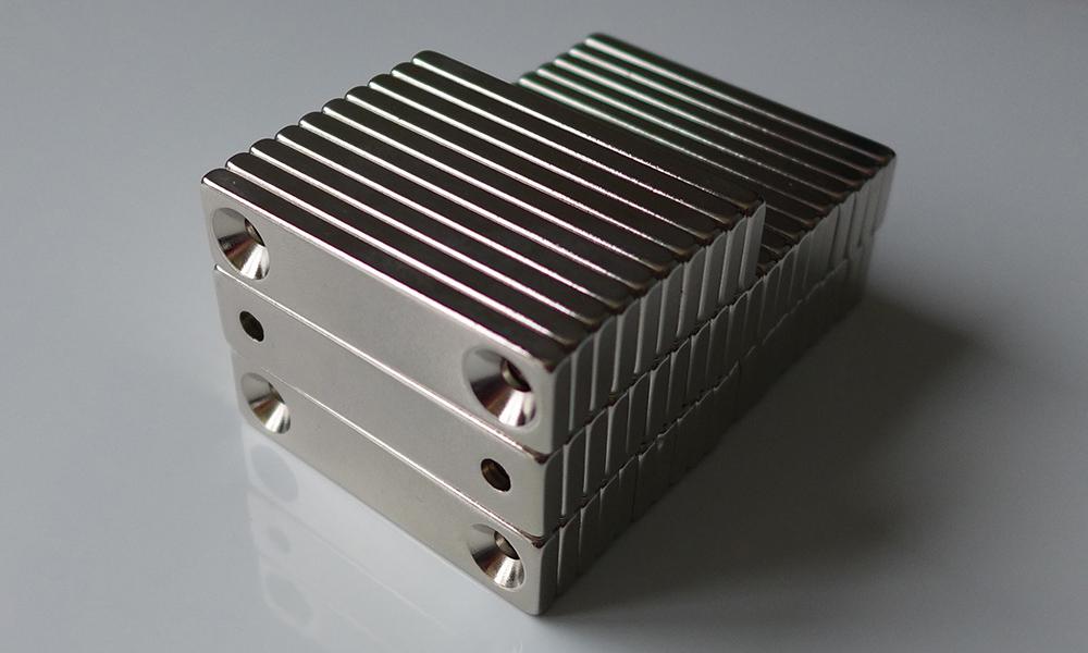 ネオジム磁石 角型皿穴付き40mm×10mm×3mm(N35) 50個セット超強力 マグネット 強力磁石皿ネジで固定できるのでいろいろ使えます。木工・プラモデル・日曜大工・工作・DIY・釣り・車・バイク・紙留め・実験