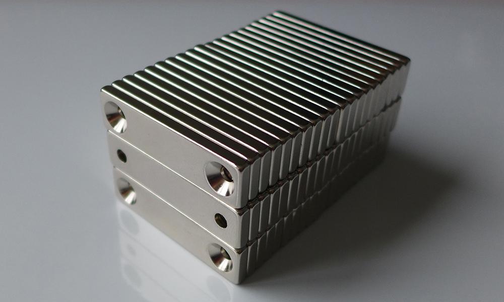 ネオジム磁石 角型皿穴付き40mm×10mm×5mm(N35) 60個セット超強力 マグネット 強力磁石皿ネジで固定できるのでいろいろ使えます。木工・プラモデル・日曜大工・工作・DIY・釣り・車・バイク・紙留め・実験・手品