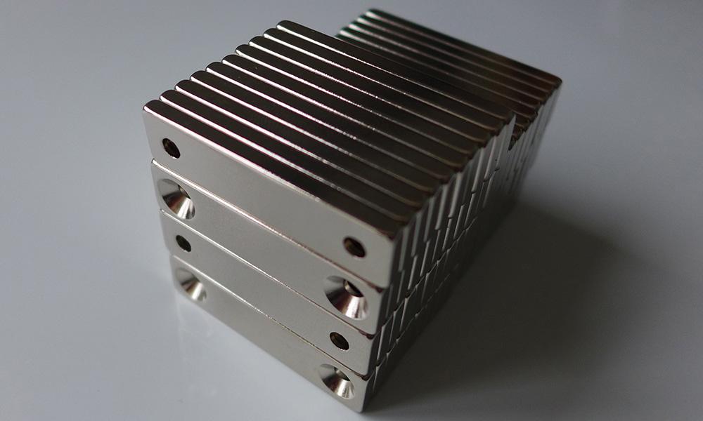 ネオジム磁石 角型皿穴付き40mm×10mm×5mm(N35) 70個セット超強力 マグネット 強力磁石皿ネジで固定できるのでいろいろ使えます。木工・プラモデル・日曜大工・工作・DIY・釣り・車・バイク・紙留め・実験・手品