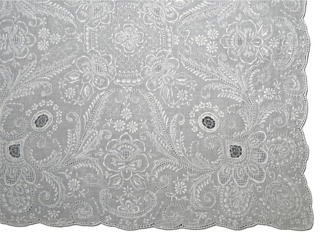 飾り物、敷き物、ギフトに!手刺繍の最高峰            スワトウハンカチ Excellent qualityE710