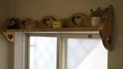 ポール付きカーテンシェルフ 幅74cm ハート3個 RSE-57壁掛けシェルフ ウォールシェルフ 小窓 飾り棚木製 無垢材 ハート木工品 アメリカンカントリー調丸角 角が丸い おしゃれ 可愛い カントリー家具 rse57