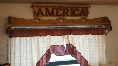 ポール付きカーテンシェルフ 幅125cm ストレート RSE-84壁掛けシェルフ ウォールシェルフ 窓 飾り棚木製 無垢材 ハート木工品 アメリカンカントリー調丸角 角が丸い おしゃれ 可愛い カントリー家具 rse84