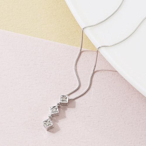 K18ホワイトゴールドダイヤモンドスリーストーンペンダント 雑貨 ホビー インテリア 雑貨 雑貨品【送料無料】