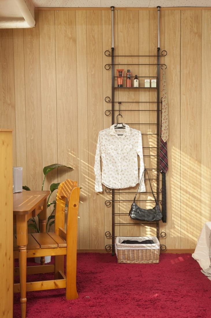 突っ張り壁面カーリーデザインラダーラック 幅60cm ブラウン色(代引不可)【送料無料】