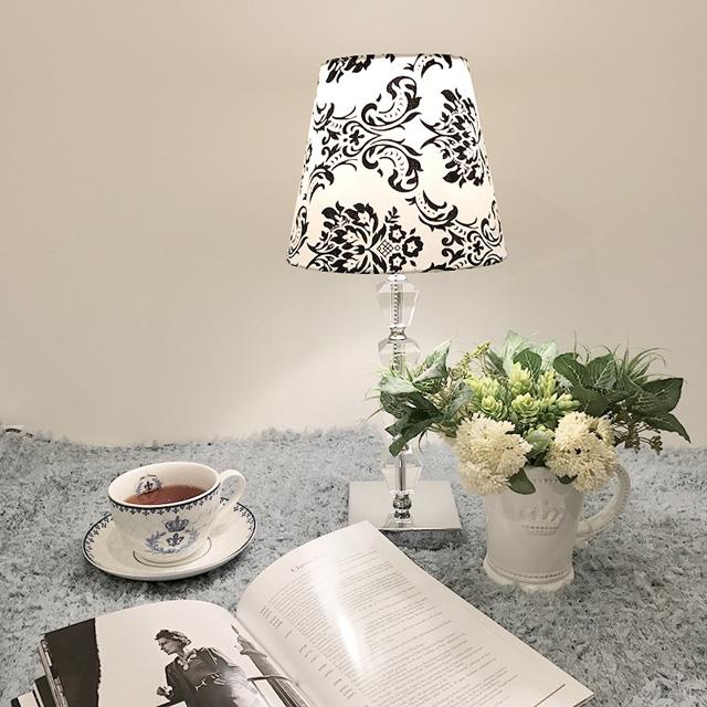 ★卓上シェードランプ ダマスク柄アンティーク スタンドランプ ホワイト ベッドサイド テーブル ダイニング 寝室 RELF-753