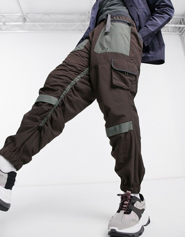 エイソス メンズ カジュアルパンツ ボトムス ASOS DESIGN oversized tapered cargo pants with rouched leg Brown