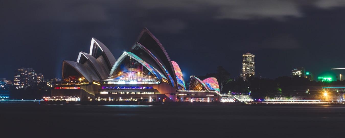 絵画風 壁紙ポスター (はがせるシール式) シドニー・オペラハウス 夜景 世界遺産 シドニー港 オーストラリア パノラマ キャラクロ ASDN-008P1 (パノラマ版 1440mm×576mm) 建築用壁紙+耐候性塗料 インテリア