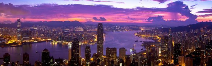 絵画風 壁紙ポスター (はがせるシール式) 香港 パープルタウン パノラマ夜景 夕焼け ホンコン Hong-Kong キャラクロ HKN-103L1 (パノラマ 1843mm×576mm) 建築用壁紙+耐候性塗料 インテリア