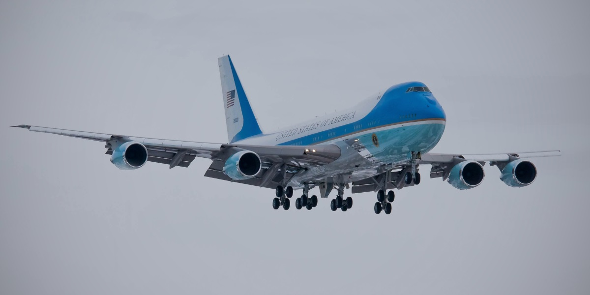 絵画風 壁紙ポスター (はがせるシール式) アメリカ合衆国大統領専用機 VC-25A エアフォースワン ボーイング 747-2G4B 82-8000 ジャンボジェット 1990年運用開始 BOEING パノラマ キャラクロ 747A-005S1 (1152mm×576mm) 建築用壁紙+耐候性塗料 インテリア
