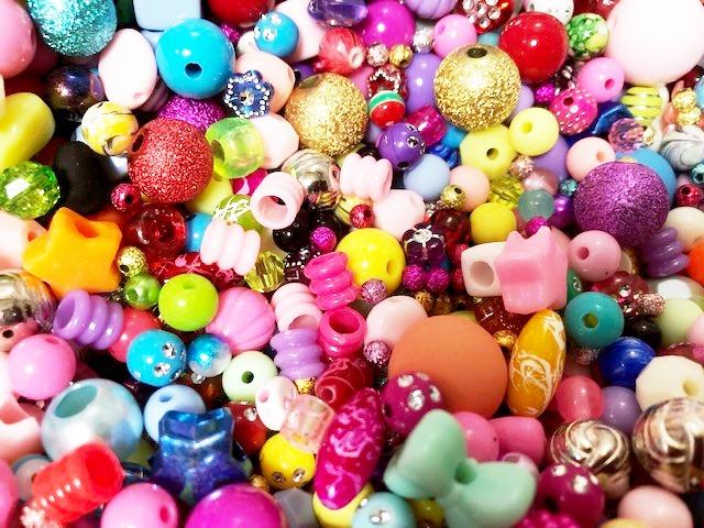 プラスチックビーズ福袋 wa7000 往復送料無料 記念日 アクリルビーズおまかせ200gパック デザイン色々ミックス 可愛いプラビーズ サイズ
