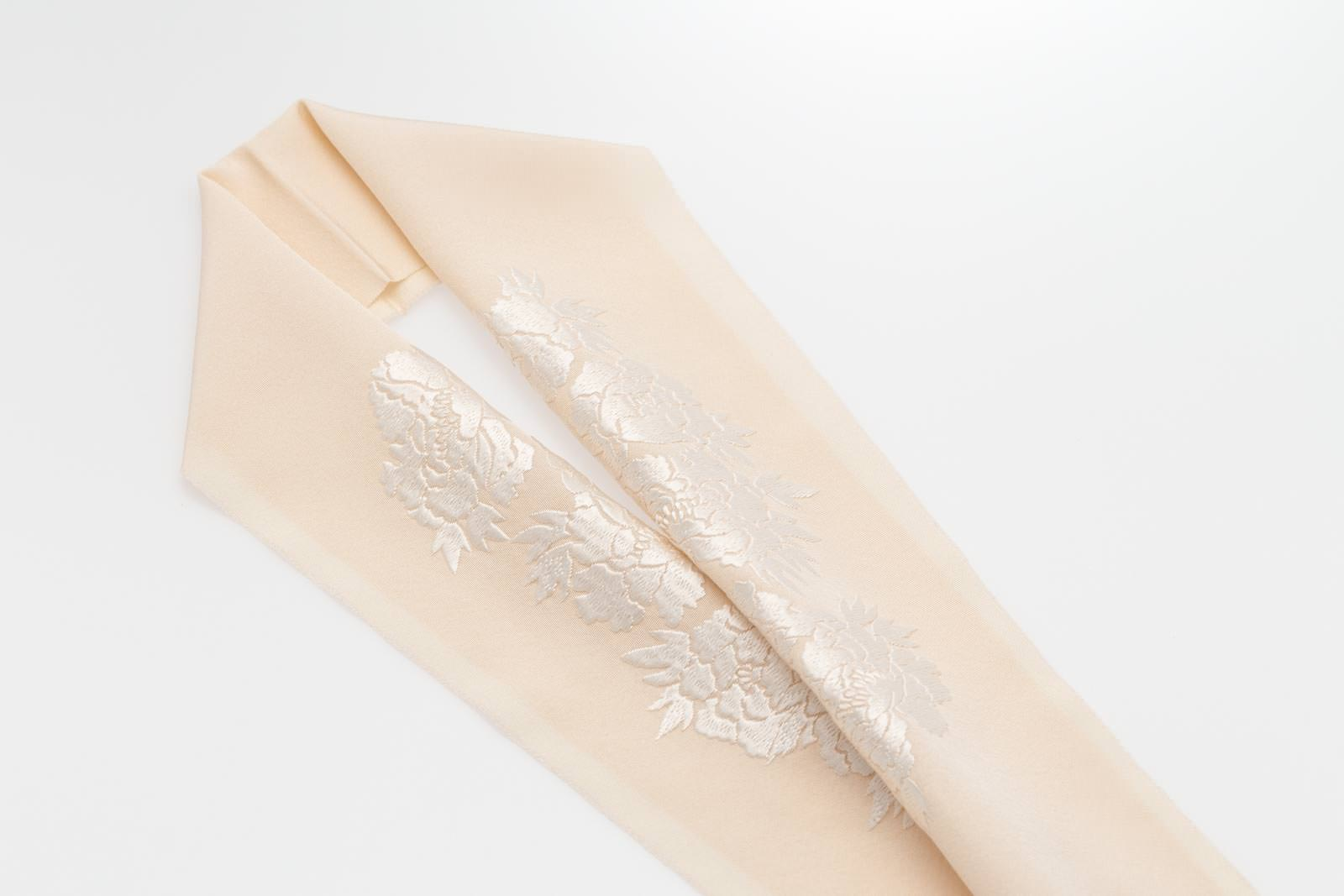 手刺繍 半襟 パールトーン加工済 シルク100% 塩瀬 手刺繍 半衿 薄香色 牡丹