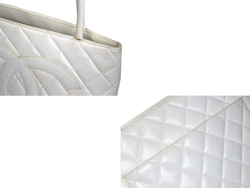 2f82e4c1c718 シャネルを代表する定番人気のバッグ「復刻トート」。正面の大きなココマークがシャネルをばっちりアピールしてくれます。キャビアスキンなのでキズも付き難く、  ...