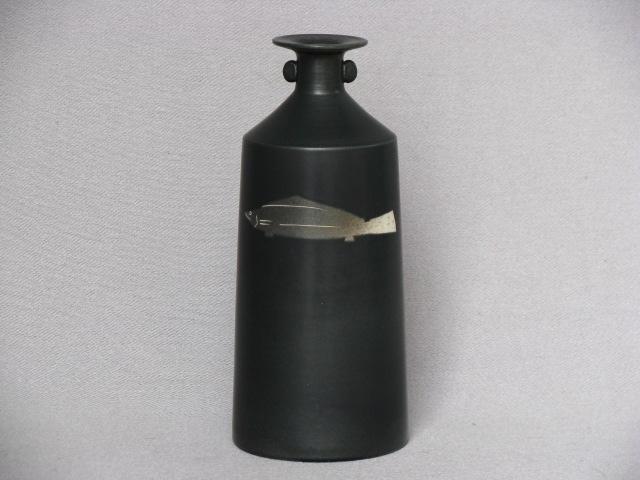 【ギフト/プレゼント】【日展作家/亀井勝】【花入/花瓶】黒磁魚紋耳付花瓶【桐箱入り】