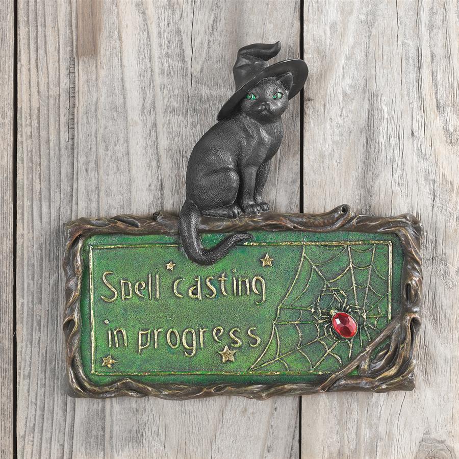 デザイントスカノ製 黒猫サインボード-魔女の猫 呪文を唱えなさい!壁彫刻-ハロウィーンの装飾 彫刻 彫像(輸入品)