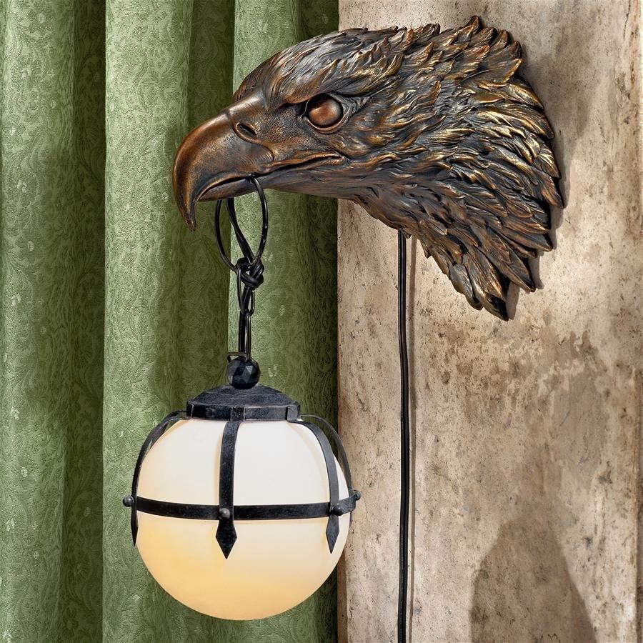 デザイン・トスカノ製 自由へのともしび(灯火)白頭鷲 彫刻電気壁、アンティークゴールド仕上げ 彫像 彫刻(輸入品)