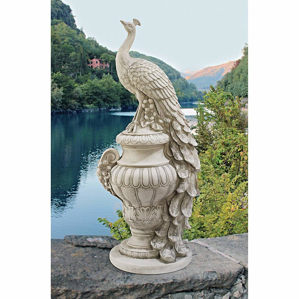 ステイバーデン城の壷庭の白孔雀 (ピーコック) 彫像 彫刻/Staverden Castle Peacock on an Urn Garden Statue, Antique Stone(輸入品)