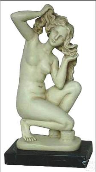 膝まづく アフロディーテ(ビーナス、ヴィーナス) 古代ギリシャ女神像、高さ 約22cm 大理石風 彫像 彫刻(輸入品)